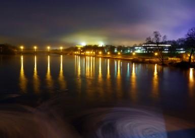 Elsterflutbecken am Palmgartenwehr in leipzig bei Nacht